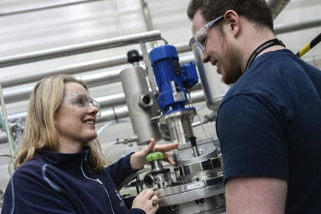 Anlegg: Forskerne må være kjent på anlegget for å utvikle det videre. Her Bente Jeanette Foss og Emil Sørskår. Foto: Tidenes Krav.
