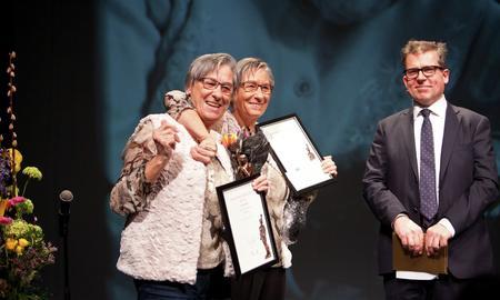 Vinnere av Omsorgsprisen 2014, søstrene Gerd og Turid Reistad, sammen med byrådsleder Martin Smith-Sivertsen.