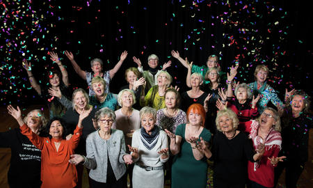 Dansegruppen Patina, som teller 30 kvinner i alder 64-83 viser at det aldri er for sent å være aktiv!