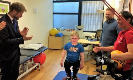 Helseminister Bent Høie besøkte senteret i januar 2017. Her ser han Markus Solberg bli veiledet av fysioterapeut Celine Christensen, mens pappa Morten Solberg følger med.