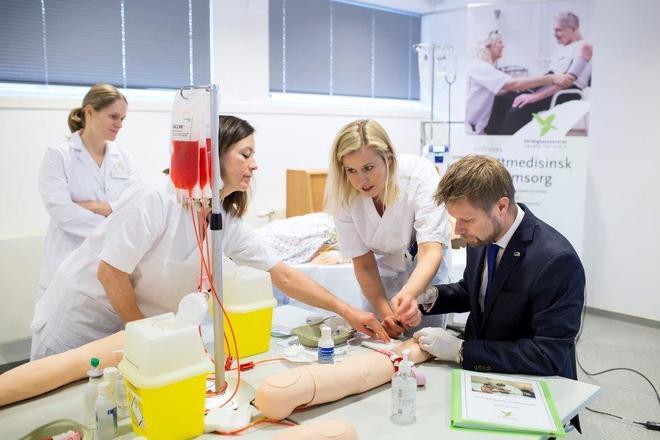 Helseminister Bent Høie på besøk ved Verdighetssenteret / GC Rieber Fondene
