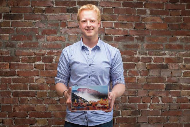 Stipendiat Tobias Wolf med en illustrasjon av luftforurensning i Bergensdalen