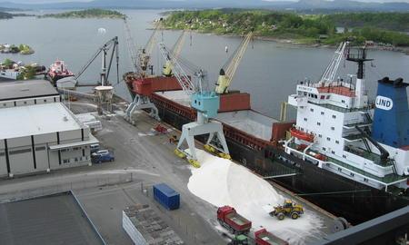 Bulk boat unloading salt at Sjursjøya, Oslo