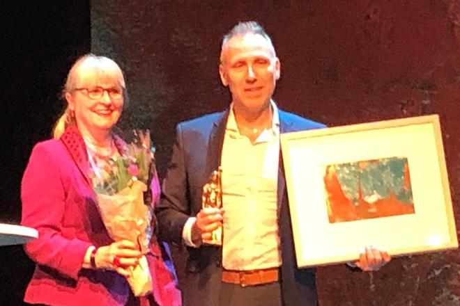 Vinner av omsorgsprisen 2019, Tor Engevik med styreleder i Verdighetssenteret Torill Selsvold Nyborg