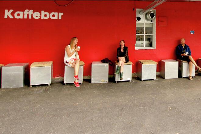 Kaffepause utenfor Kaffebrenneriet i Riggen