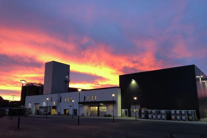 Konsentratfabrikk i soloppgang