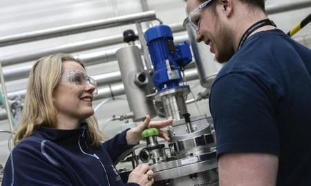 Forskerne må være kjent på anlegget for å utvikle det videre. Her Bente Jeanette Foss og Emil Sørskår.